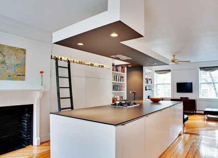 Strakke zwart-witte keuken met oude houten vloer