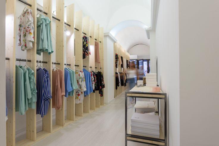 #Allestimento per un #temporary #shop per #camicie, #bluse e #top di Leime #setaitaliana.  #retail #seta #minimalist #design #architettura