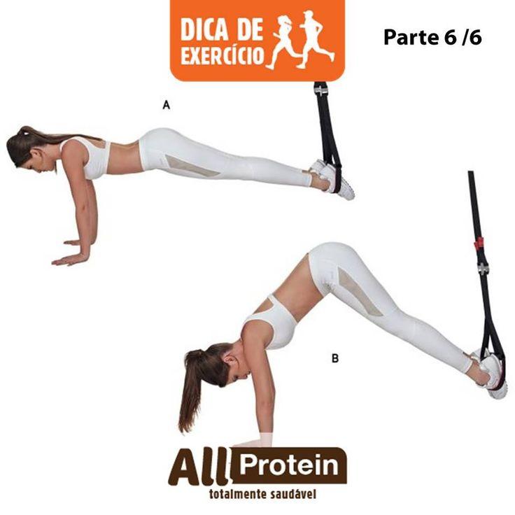 ABDOMINAL COM FLEXÃO DE QUADRIS:  AUMENTA A FORÇA DO CORE E DOS MÚSCULOS ABDOMINAIS.  A. Em posição de prancha, pernas estendidas e pés encaixados na alça da fita. B. Flexione os quadris, levando os glúteos em direção ao teto, até formar um ângulo de 90 graus entre pernas e tronco. Se conseguir, encaixe cabeça entre os braços.  Faça de 2 a 4 séries de 15x...