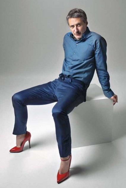 Antoine de Caunes, comédien et réalisateur. Marie Claire, Mars 2013  Les hommes en talons rouges pour les droits des femmes - Huit hommes célèbres ont accepté de poser en talons afin de s'engager aux côtés du magazine mensuel Marie Claire dans la lutte contre le sexisme et, plus généralement, pour les droits des femmes.