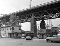 La rue Sainte-Catherine sous le pont Jacques-Cartier, vers 1960,VM94,Em1-001.