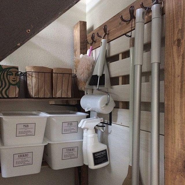 女性で、3LDKのクリスタラベル/階段下収納/自作ラベル/セリア/DIY/100均…などについてのインテリア実例を紹介。「階段下収納棚には、キッチンの調味料棚と同じ様な骨組みで、2×4で作成しました☆セリアのフックかなり重宝します♡」(この写真は 2017-02-24 21:53:00 に共有されました)