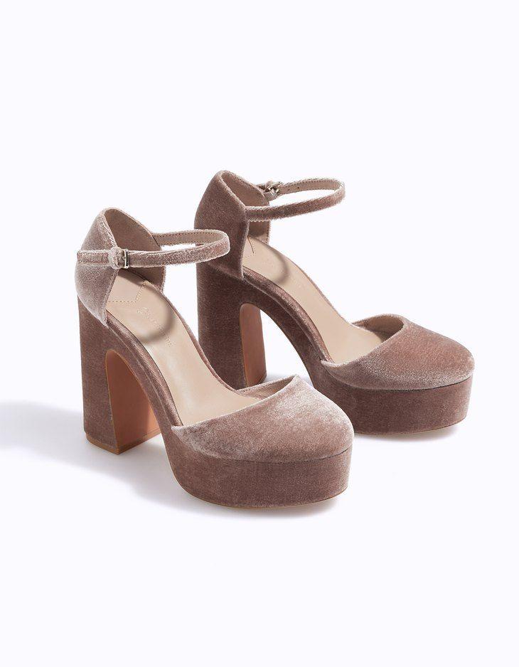 В Stradivarius вы найдете 1 Бархатные босоножки на платформе для женщин по цене всего 2599 Россия . Войдите прямо сейчас и познакомьтесь с этой и другими моделями категории Туфли на каблуках.