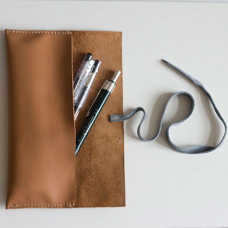 Płaskie, skórzane etui na długopisy. Wiązane. Flat, leather pencil case with tie.  #pencilcase #leather_accessories #leather #handcrafted #rzemioslo #accessories #bytom #bardzostudio #pen_case