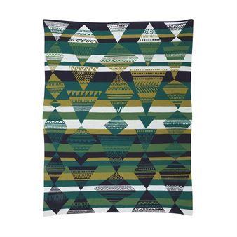 De warme en fijne Kota deken is ontworpen door Sanna Annukka namens Marimekko. De deken is gemaakt van een combinatie tussen wol en polyamide en heeft een mooi patroon, gebaseerd op de tenten van Lapland's Sami volk! Wikkel uzelf in deze heerlijke, dubbelgeknoopte deken als u een film kijkt en de wind buiten hoort! Combineer de deken met andere fijne producten uit de Kota collectie!