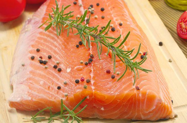 Соленая красная рыба, нежная, ароматная, пикантная, может быть прекрасной закуской, начинкой или самостоятельным блюдом