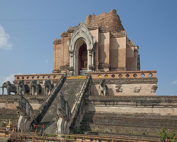 2013 Photograph, Wat Chedi Luang Phra Chedi Luang, Tambon Phra Sing, Mueang Chiang Mai District, Chiang Mai Province, Thailand. © 2013.  ภาพถ่าย ๒๕๕๖ วัดเจดีย์หลวง พระเจดีย์หลวง ตำบลพระสิงห์ เมืองเชียงใหม่ จังหวัดเชียงใหม่ ประเทศไทย