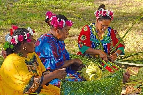"""Il """"tressage"""" è una forma di artigianato polinesiano, che consiste in una tecnica di intreccio con fibre vegetali come foglie del cocco, di pandano, bambù e foglie di altri alberi e arbusti. http://www.facebook.com/mostrartigianato"""