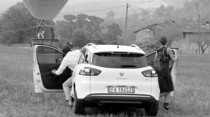 I protagonisti a bordo della Renault CLIO SPORTER DUEL, in un frame dello Spot TV Renault #ClioDUEL