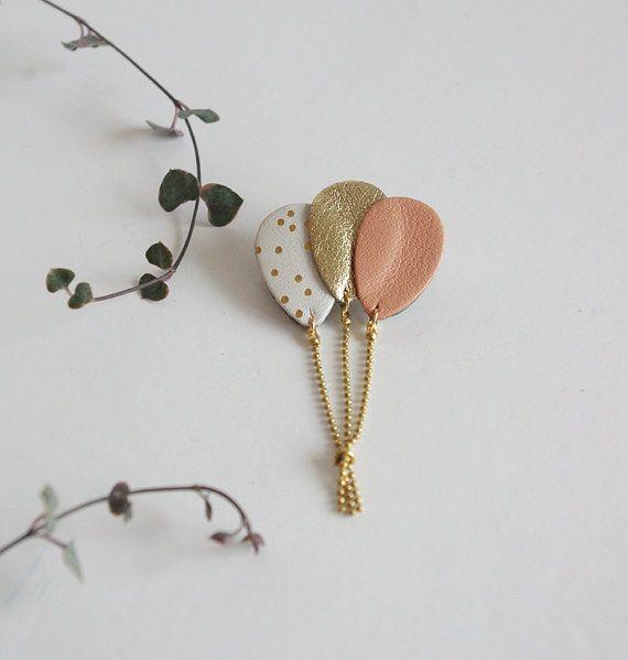 Broche bouquet de ballons en cuir blanc à pois dorés, rose et or { bijou femme féminin poétique moderne romantique fantaisie enfance }
