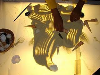 Actividades con arena para la mesa de luz http://www.jugarijugar.com/es/1607-mesa-de-luz-de-leds-portatil.html