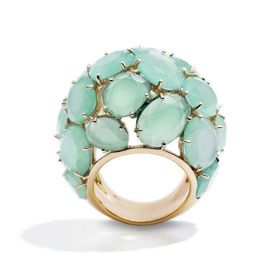 Pomellato http://www.vogue.fr/joaillerie/shopping/diaporama/bijoux-vert-d-eau-chrysoprase-calcedoine-jade-pomellato-garnazelle/12553/image/742324#!pomellato-chrysoprase