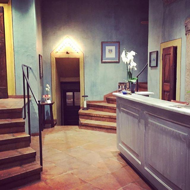 #goodnight #gutenacht #buonanotte #hotelpironi #lakemaggiore #lagomaggiore #charminghotel #beautifulhotels #hall