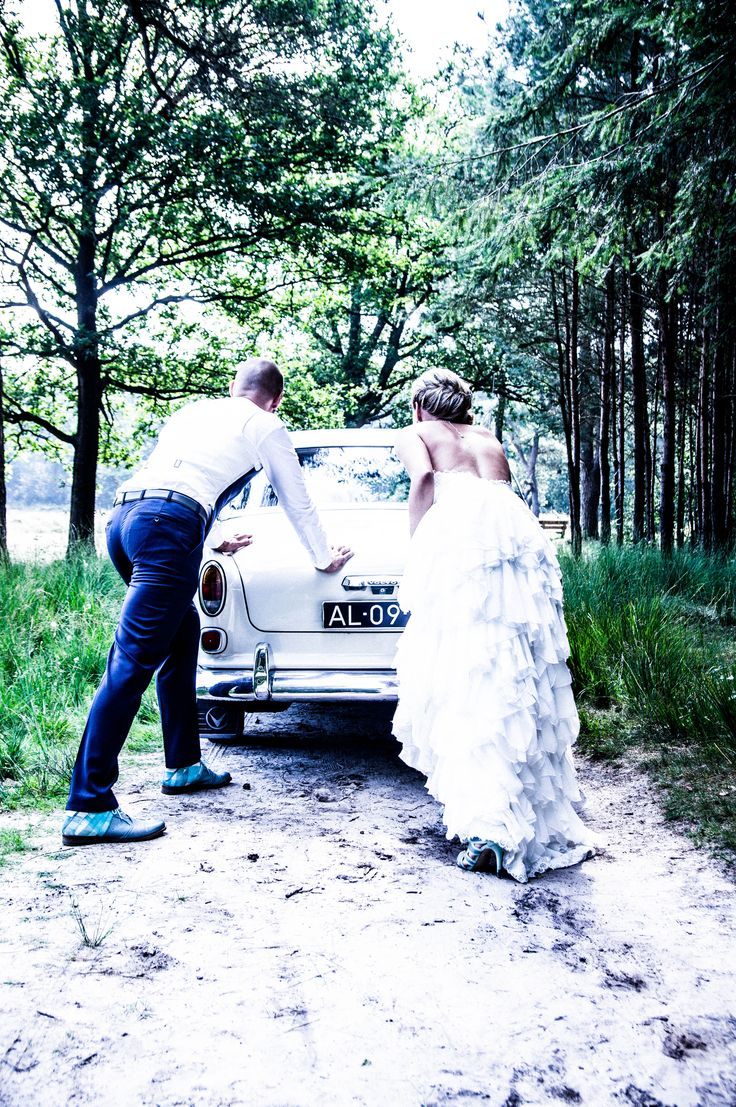 Kristy & Jorims beautiful and lovely Vintage wedding… Wat waren ze mooi tijdens deze Vintage wedding. de huwelijks dag van Jorim en Kristy met hun kinderen. In het bos van Steenwijk op de Woldberg. Met de schitterende oude Volvo die het overigens prima deed hoor. het was een hele warme dag. maar wat waren ze gelukkig.
