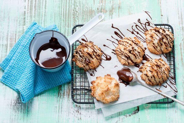 Kokosmakronen zijn héél simpel te maken en vers het allerlekkerst. Met chocolade! - Recept - Allerhande