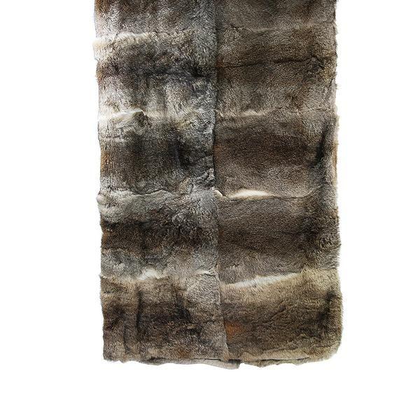 Diese wärmende Kuscheldecke aus weichem Hasenfell eignet sich als Überwurf auf Sofas und Betten. Besonders an kalten Wintertagen bietet sie sich ideal als gemütlicher Zufluchtsort an. Masse: L: 150cm | B: 260cm Material: Hasenfell Farbe: light brown, black SKU:MUN_0540005