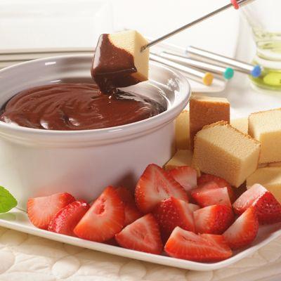 Sirve esta deliciosa salsa sobre helado, panetela, galletas de chocolate o preséntala en un recipien...