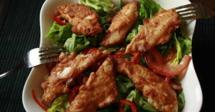 A panír sokkal finomabb így, a húsnak pedig kellemes fokhagymás íze van! Mi odavagyunk érte!! Hozzávalók: 2 csirkemell 2 gerezd fokhagyma 1 tojás 2 evőkanál…