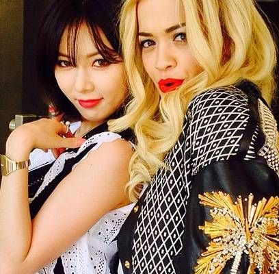 HyunA snaps a picture with British singer-songwriter Rita Ora | http://www.allkpop.com/article/2014/03/hyuna-snaps-a-picture-with-british-singer-songwriter-rita-oro