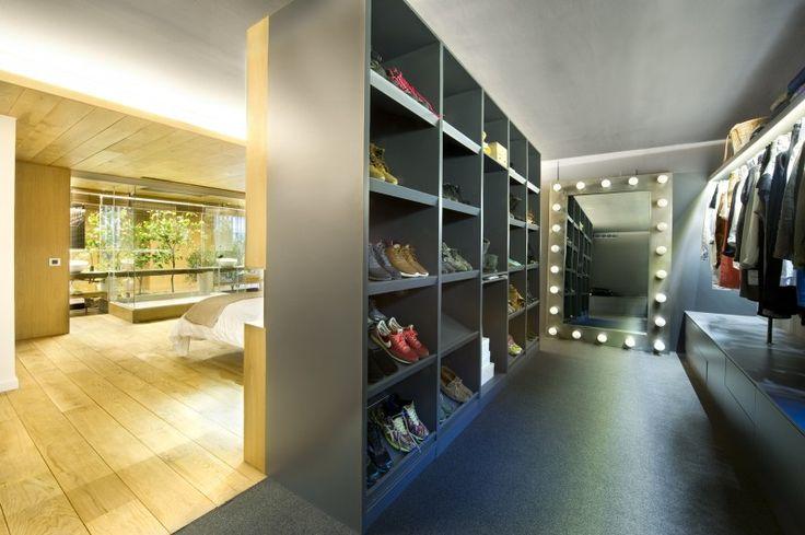 Black dressingroom with bedroom. Found on: http://www.interieurdesigner.be/blog/detail/imposante-loft-met-binnentuin-spanje
