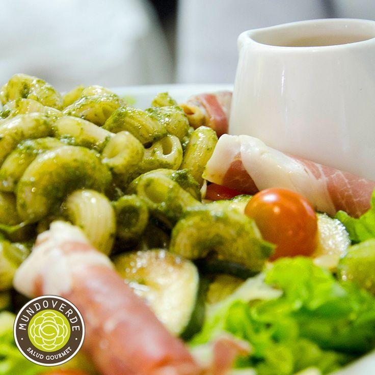 Hoy te recomendamos una de las mejores ensaladas que tenemos: #SerranoYPestoMundoVerde, una combinación de variedad de lechugas, jamón serrano, queso manchego, tomate cherry, zucchini asado, coditos de pasta pesto, vinagreta de balsámico. ¡Ven y Pruébala! #MundoVerde #RestaurantesMedellín