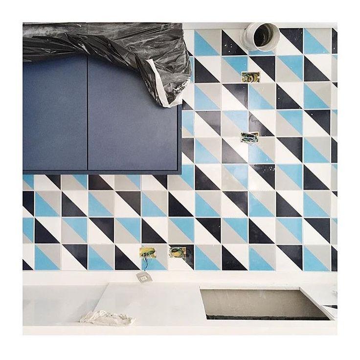Lurca Azulejos | Azulejos Kit Triângulo 1 no projeto @studionumerozero | Kit Triângulo 1 - Ceramic Tiles // Shop Online www.lurca.com.br #azulejos #azulejosdecorados #revestimento #arquitetura #reforma #decoração #interiores #decor #casa #sala #design #cerâmica #tiles #ceramictiles #architecture #interiors #homestyle #livingroom #wall #homedecor #lurca #lurcaazulejos