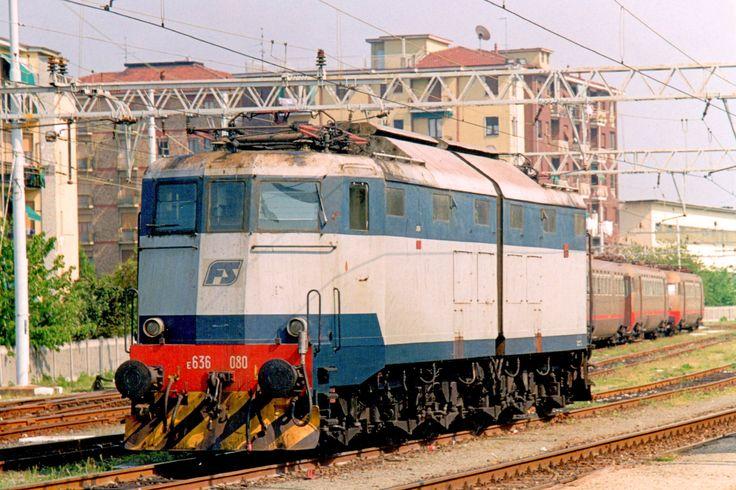 "Locomotore E 636 080 a Novi Ligure nell'aprile 1998 nella livrea sperimentale ""blu orientale – grigio perla"" - (Foto: Riccardo Genova)"