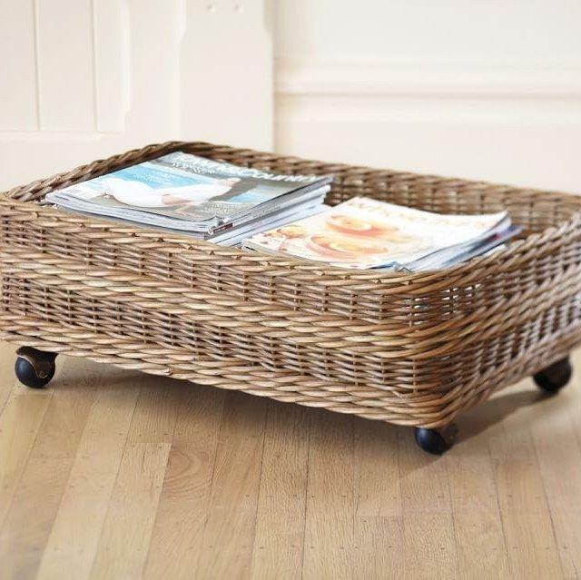 Esconda roupas sazonais e roupas de cama adicionais em rolos que deslizem para debaixo da cama.