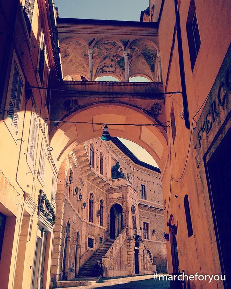 """#Fermo by @ckristinacapriotti """"#nonmifermo""""  Buon pranzo a tutti da Fermo! Questo è un bellissimo scorcio del Palazzo dei Priori."""