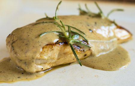 Receita Dedo de Moça: Filé de frango marinado com azeite, limão siciliano e alecrim