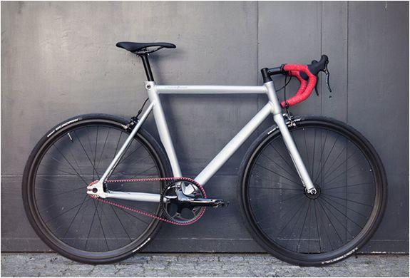 EDIÇÃO LIMITADA - VIKYTOR RED RACE BICYCLE  Schindelhauer é uma marca alemã que produz  bicicletas elegantes, atemporais e minimalistas. Eles anunciaram uma edição muito limitada (exatamente 50 unidades) de sua incrível bicicleta de corrida Viktor.  Veja mais detalhes no nosso site: http://www.filtromag.com.br/edicao-limitada-vikytor-red-race-bicycle/