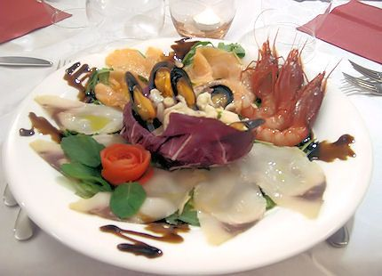 Antipasto con Affumicati, insalata di mare e gamberi