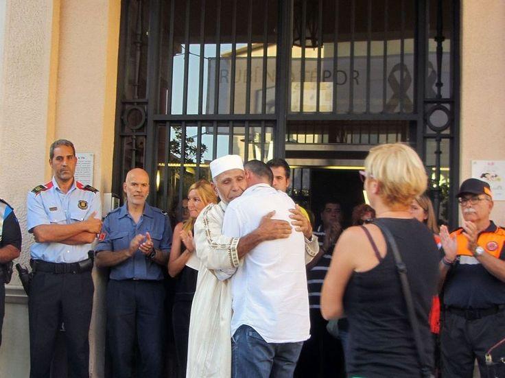 Unidad ante el horror: emotivo abrazo del padre del niño muerto al imán de Rubí