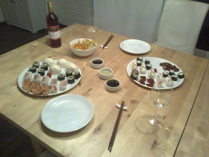 Sushinight! Met oa. gemarineerde tonijn en zalm, 2 geperste sushi; markeel en kip, komkommerrol, zalm rucola pesto rol, gestoomde garnalen rol. Met vietnameze salade. En natuurlijk ook gestoomde konijntjes. Yumm.