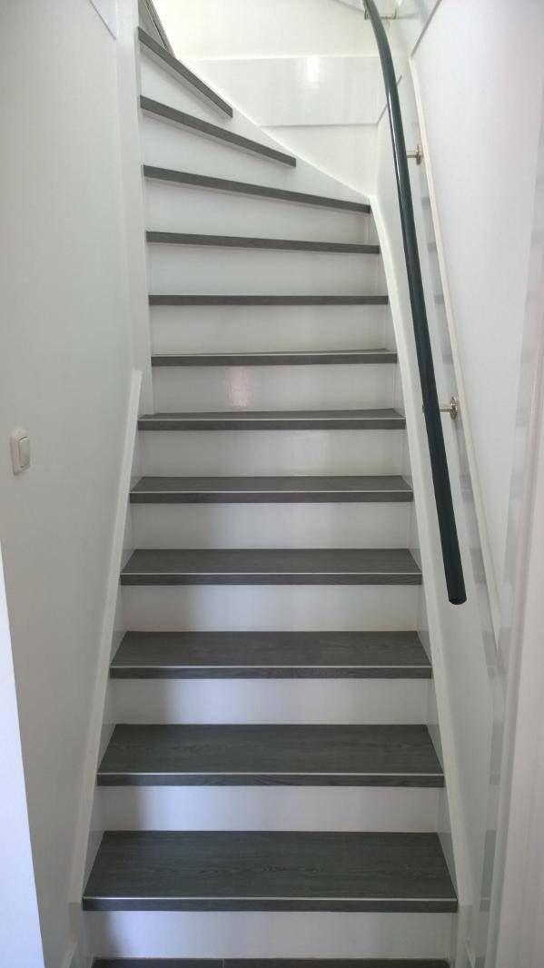Pvc op de trap, deze mensen hebben ervoor gekozen om alleen het loopvlak te laten stofferen met pvc. Zelf hebben ze de zijkanten en de stootborden wit geschilderd #pvcopdetrap #artfloor #pvc #trap