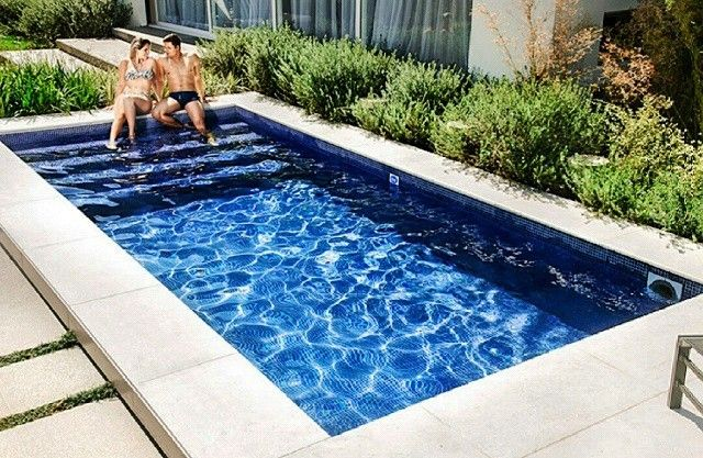 Detalhe piscina de fibra pastilhada azul escuro. tumblr