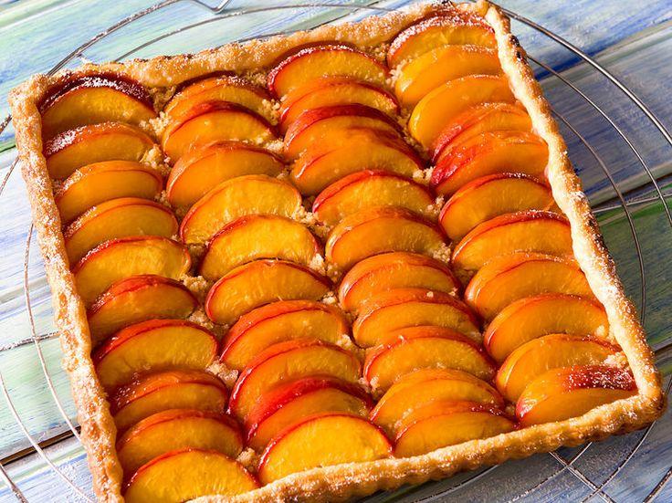Découvrez la recette Tarte aux nectarines et palets bretons sur cuisineactuelle.fr.