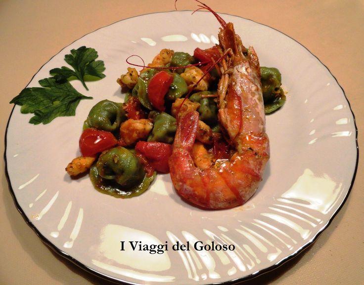Cappellacci verdi con gamberoni e pomodorini ... http://www.iviaggidelgoloso.net/2013/08/ricette-di-pasta-fresca-cappellacci.html
