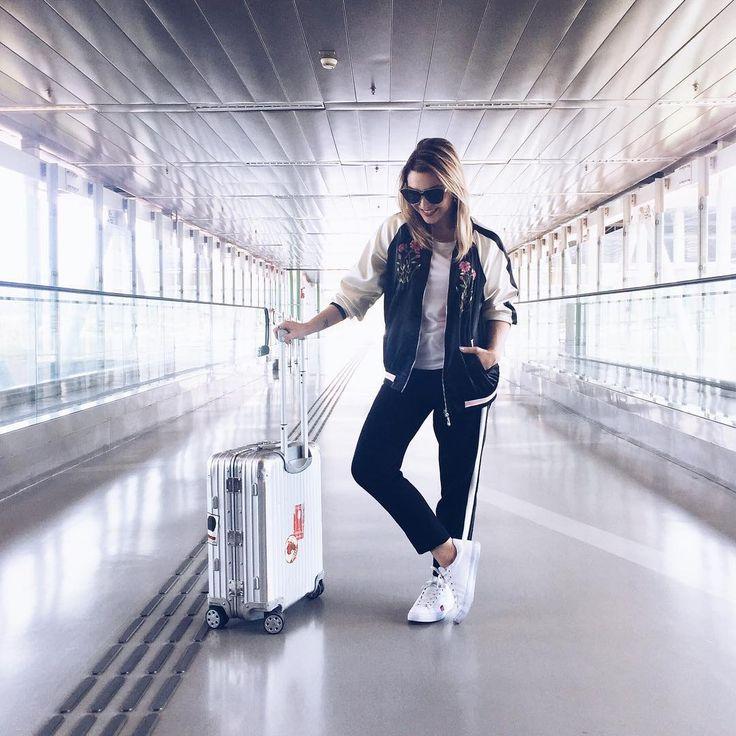 Look pra voar: calça de tecido confortável, camiseta levinha, jaqueta bomber e tênis  #ootd #travel #airportfashion