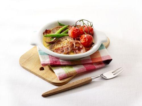Frittata van meergranen stokbrood met spek, rode ui, boontjes en gegrilde tomaatjes