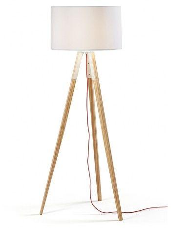 Questa lampada trasuda raffinatezza ed eleganza. La sua struttura interamente in legno naturale e treppiede sagomato funge da supporto per una tonalità che si adatta perfettamente con il complesso.