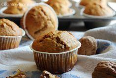 Muffin integrali al miele con uvetta e noci, dei morbidi e profumati dolcetti preparati con farina integrale e dolcificati solo con il miele.