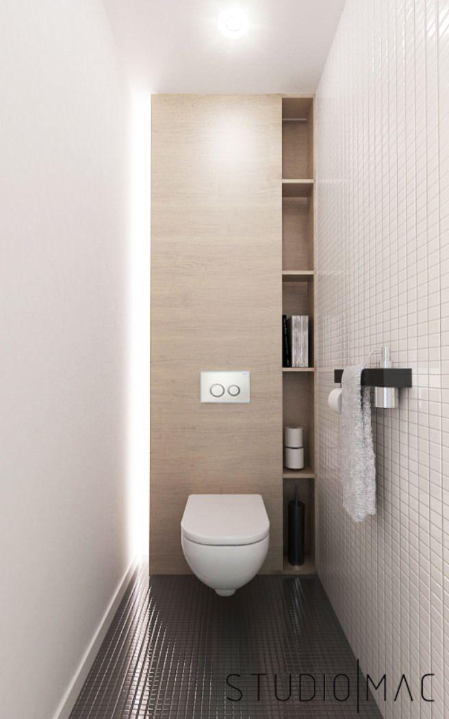 Design piccolo bagno moderno: lungo e stretto, che risulta molto funzionale e originale. Una parete in legno con varie nicchie offre lo spazio per mettere diversi oggetti ma anche per ospitare un sistema di illuminazione a led tutta altezza e nascondere il sistema Geberit del water - pavimento nero e rivestimento bianco in mosaico