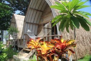 Star Bar & Bungalows is een accommodatie aan het strand op het eiland Gili Air en wordt omgeven door tropische tuinen.