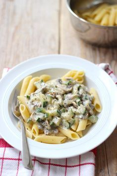 Pasta met champignons en courgette - met roomsaus. Recept is voor 1 persoon.