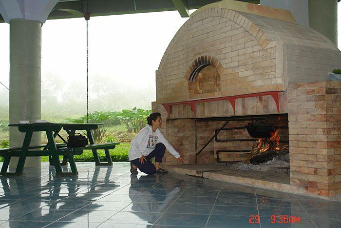 ilog瑪麗亞蜜蜂農場在有磚烤箱和壁爐水加熱的菲律賓。