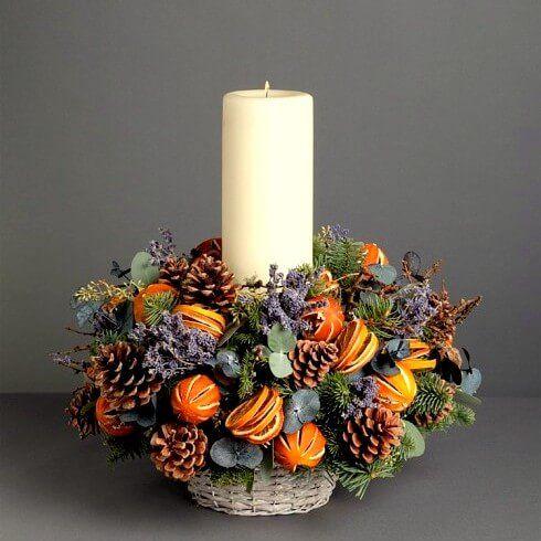 Ароматная корзинка станет отличным дополнением праздничного стола и создаст настоящее новогоднее настроение! В составе живые еловые лапы, шишки, лаванда и цитрусовые.