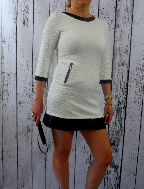 Sukienka mini, miękki, pięknie pikowany materiał. Stylowe wykończenia z eko skóry nadają sukni pazura i podkreślają zgrabność nóg.