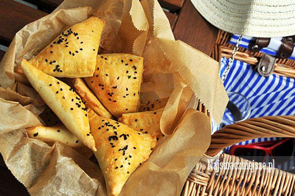 Pierożki z kruchego ciasta, to przepis na udane przyjęcie, a także piknik. Do rożków z farszem z kabanosów, papryki i mozzarelli polecam sos czosnkowy.