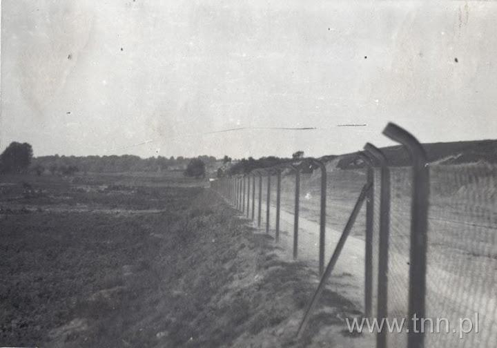 Ulica Północna. Po prawej mamy skarpę Górek Czechowskich, po lewej teren ogródków działkowych. Miejsce znajduje się w pobliżu Cegielni przy Kosmowskiej. Widok na zachód w stronę Sławinka.